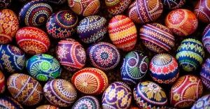 ovos-de-pascoa-decorados-pelo-povo-sorabico-que-vive-na-regiao-alema-da-lusacia-sao-expostos-em-mercado-de-schleife-cerca-de-160-km-de-berlim-na-alemanha-1332600255345_956x500